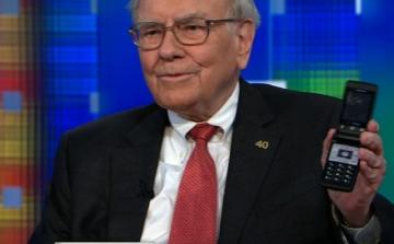 Tỷ phú Warren Buffett cuối cùng cũng bỏ điện thoại gập để dùng iPhone